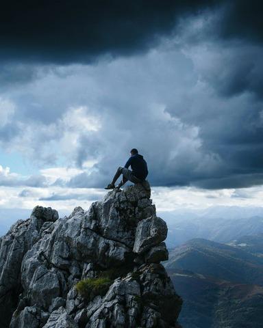 座ってる登山者