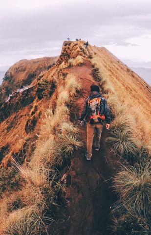 稜線上を登る登山者
