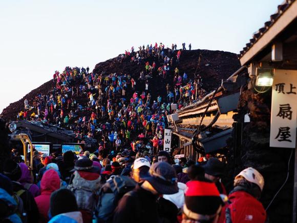 吉田・須走口山頂のご来光直後の光景