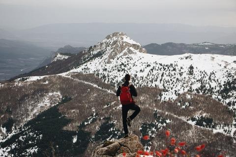 ヨガポーズする登山者