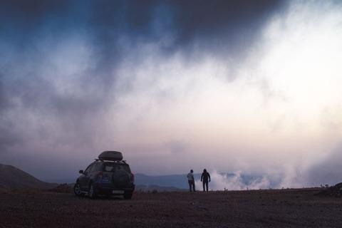 SUVと二人の男性