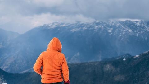 山頂に佇むハイカー