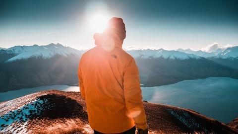 登山する男