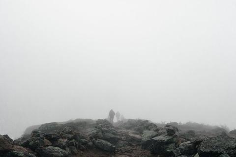 霧の中の登山者