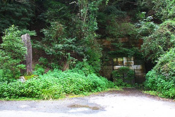 宮若市側の犬鳴隧道入口。入口左に記念碑。