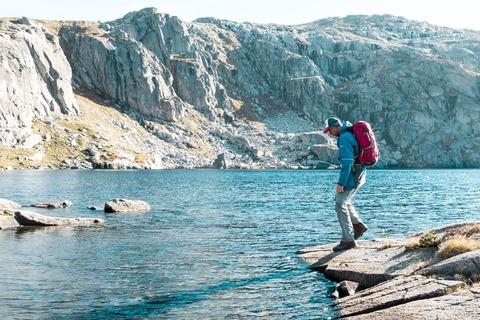湖の畔にいる登山者