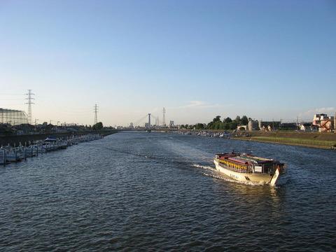 東京都江戸川区の一之江橋から上流方向に新中川を眺める。