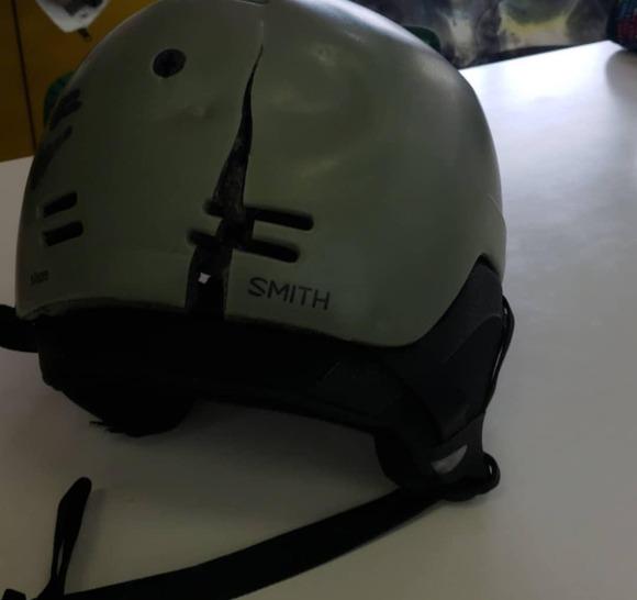割れたスノーボード用ヘルメット