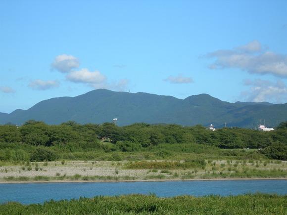 日本の三重県にある朝熊山を宮川橋付近の宮川堤防から望む。