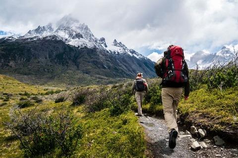 登山道を歩く登山者