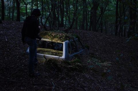 暗い森の朽ちた車
