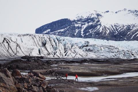 山に向かって歩く登山者