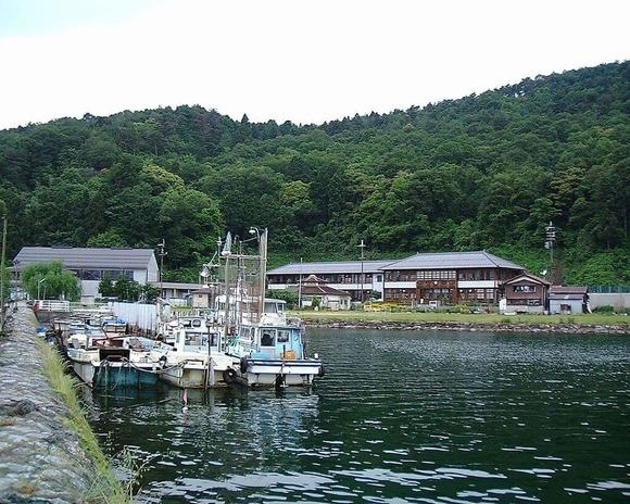 沖島港から沖島小学校を遠望