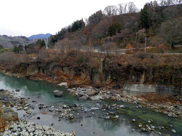 1847年善光寺地震で最大規模の河道閉塞が犀川本流に形成された箇所。