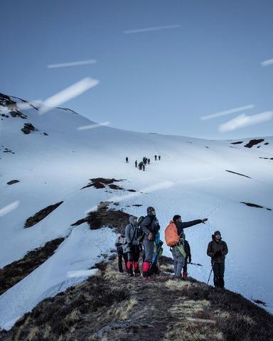 稜線で話し込む登山者達