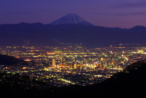 甲府市の夜景。千代田湖方面より望む。(2010年1月)