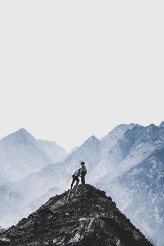 頂上に登った登山者