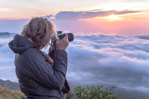 雲海を撮る登山者