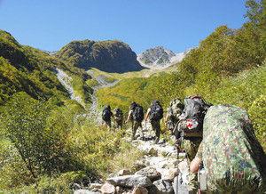 山頂を目指して歩く隊員