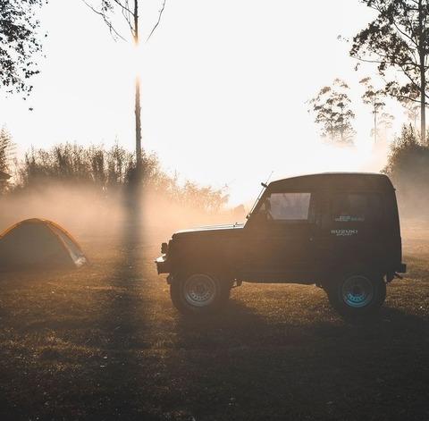 キャンプ場とジープ