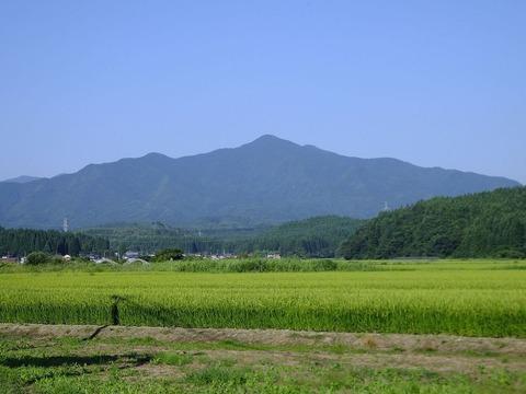 秋田市太平八田から見上げた太平山中岳