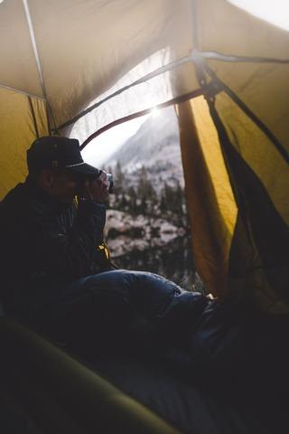 テント内の登山者