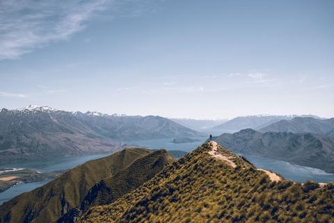 稜線から景色を眺める登山者