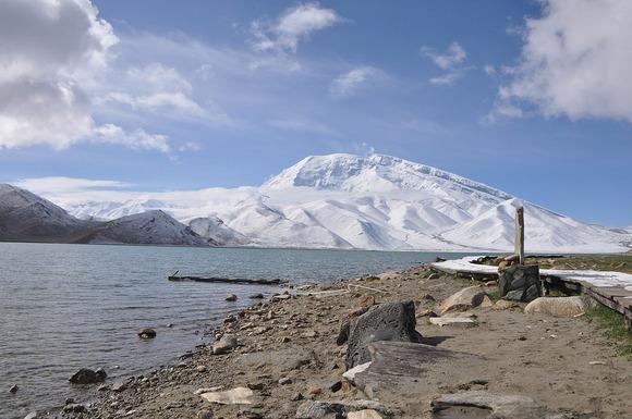 カラクリ湖から見るムスタグアタ山