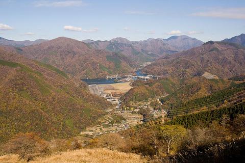 大野山より見た丹沢湖と西丹沢の山々