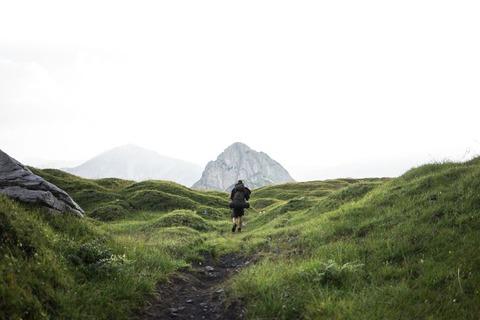 草原を歩くハイカー