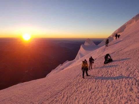 朝日を浴びる登山者