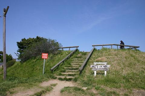 南東側から見た日和山と登山道(2004年4月29日)