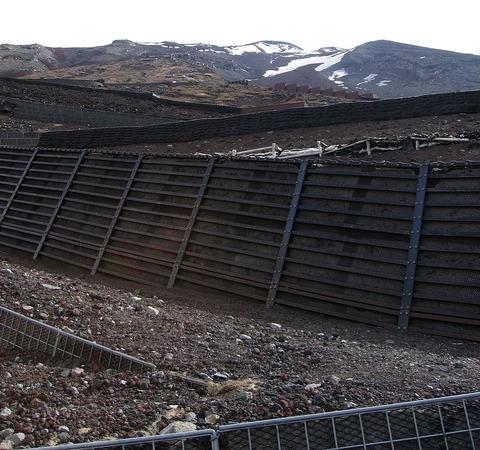 1024px-Mount_Fuji_-_Switchbacks_and_Retaining_Walls,_May_2004