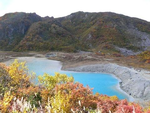 昭和湖と剣岳溶岩ドーム