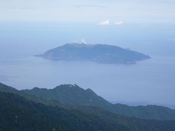 屋久島永田岳から望む口永良部島