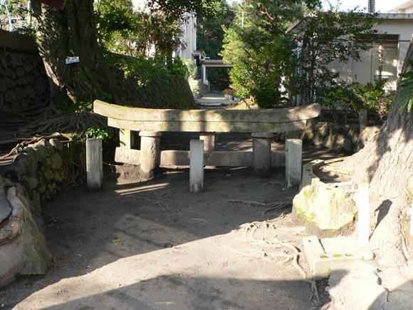 桜島の埋没鳥居 (1)