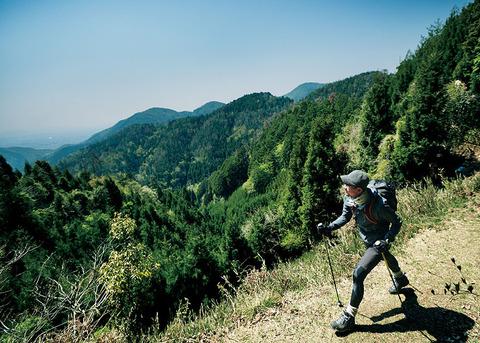 山を歩く登山者