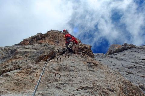岩壁を登る登山者