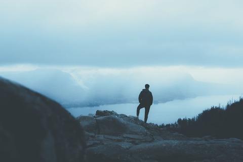 雲海を眺める登山者