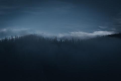 暗い山並み