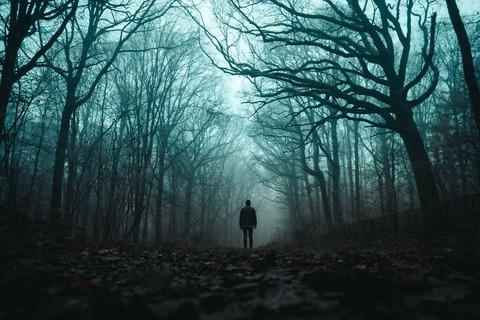霧の中たたずむ男