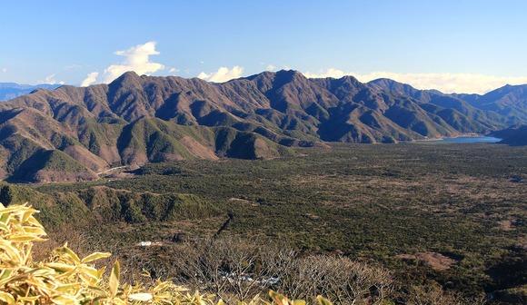 竜ヶ岳から望む青木ヶ原、右に西湖