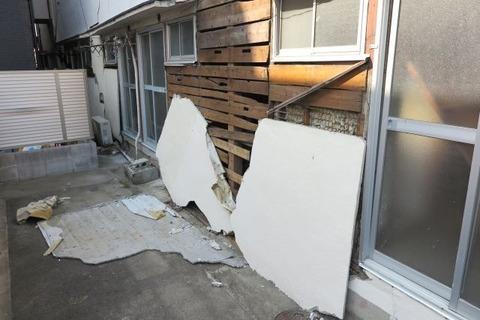 剥がれ落ちた壁