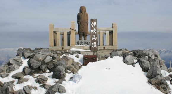山頂の日本武尊の石像  (1)