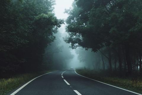 薄暗い道路