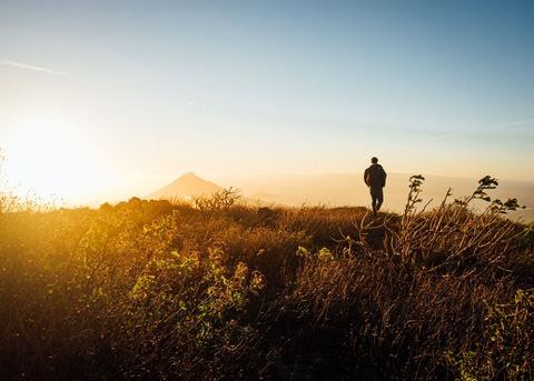 朝陽の中の登山者