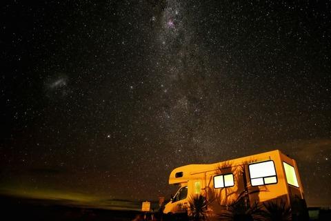 キャンピングカーと夜空
