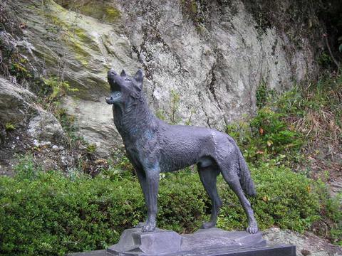 ニホンオオカミ終焉の地碑石像