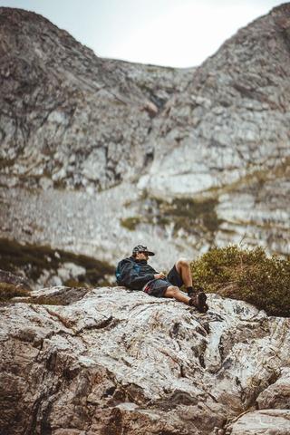 休憩中の登山者