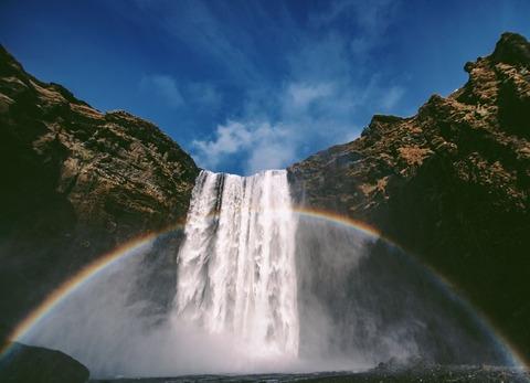 虹のかかる滝